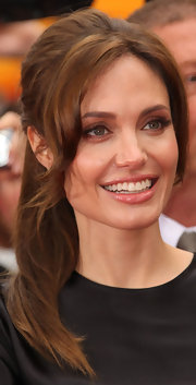 At the premiere of 'Kung Fu Panda 2', Angelina wore her hair in an elegant ponytail. She dressed the look up a bit by adding lots of volume and a few wavy, face-framing strands.
