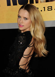 Teresa Palmer looked stunning at the premiere of 'I Am Number 4'. The actress completed her sultry look with long wavy tresses.