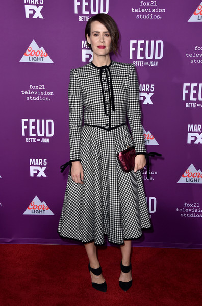 Sarah Paulson accessorized with a metallic-pink clutch by Judith Lieber for a pop of color to her look.