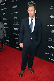 Aaron Eckhart's red carpet look was modern and cool with this two-button, notch-lapel suit.