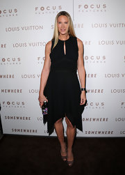 Kelly Lynch paired a handkerchief hemmed LBD with nude peep toe pumps.