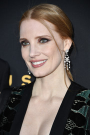 Jessica Chastain glammed up her hairstyle with a pair of diamond chandelier earrings by Piaget.