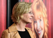 Jane Lynch worked a layered razor cut at the premiere of 'The Comeback.'