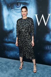 Amanda Peet paired her dress with on-trend skinny-strap sandals.