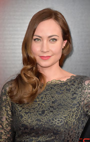 Courtney Ford looked retro glam with a soft and silky wave.