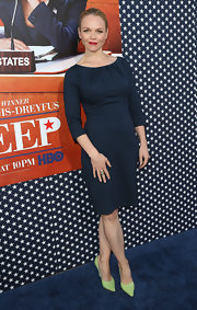 Lauren Bowles chose a navy fitted dress for her sophisticated and chic look at the 'Veep' season 2 premiere.