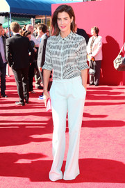 Cobie Smulders teamed her blouse with a pair of white slacks for a sharp finish.