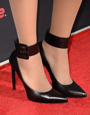 Jennifer Hudson's black evening pumps with a thick black ankle strap were a classy and sophisticated choice for the red carpet.