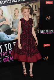 Elizabeth Banks strode the red carpet wearing a pretty pair of T-straps heels.