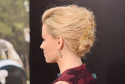 Elizabeth Banks added a delicate 19th century gold swallow brooch to her voluminous updo.