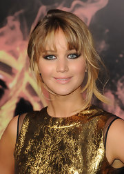 Jennifer Lawrence attended the premiere of 'The Hunger Games' wearing a smoky-eyed makeup look created with golden and chocolate shades of eyeshadow.