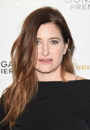 Kathryn Hahn topped off her look with edgy-sexy waves when she attended the premiere of 'She's Funny That Way.'