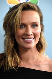 Michaela McManus worked a messy wavy 'do at the premiere of 'Aquarius' season 2.