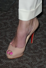Lauren paired her cream tailored suit with a pair of nude peep-toes. Love the pop of pink nail polish.
