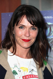 Katie Aselton wore casual-chic waves with parted bangs when she attended the premiere of 'Colossal.'