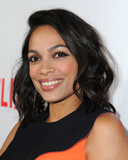 Rosario Dawson highlighted her eyes with a heavy application of brown shadow.