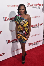 Naturi Naughton paired her loud dress with equally striking fringed sandals.