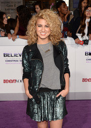 Tori topped off her already glittery outfit with this golden 'LOVE' necklace.