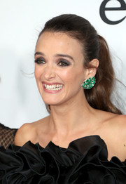 Charlotte Le Bon added major glamour with a pair of emerald earrings by Coomi.