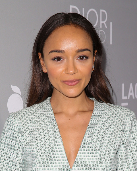 Ashley Madekwe opted for low-key styling with this loose center-parted 'do when she attended the premiere of 'Dior & I.'