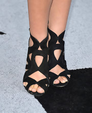 Sarah Chalke chose these black strappy sandals to give her look a fun and bold look from head to toe.