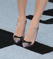 Sarah kept her evening look dainty and feminine with this pair of purple sparkly heels that featured a delicate black bow.