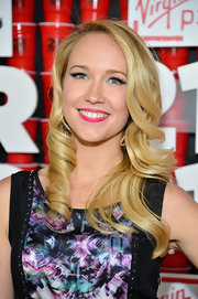 Anna Camp's pink lips simply popped against her fair skin and blonde curls.