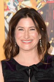 Kathryn Hahn wore her hair down in a piecey wavy style at the premiere of 'A Bad Moms Christmas.'