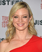 Amy Smart's side-parted wavy 'do at the 'Justified' season 5 premiere had a retro-glam feel.