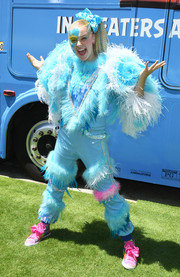 JoJo Siwa attended the premiere of 'The Angry Birds Movie 2' wearing a feathered blue jumpsuit.