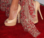 Maika Monroe chose a pair of nude peep toe platform pumps to give her red carpet look a simple and chic look.