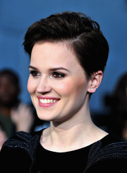 Veronica Roth kept it casual yet cool with this short side-parted 'do at the 'Divergent' premiere.