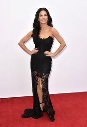 Catherine showed off her killer curves in this strapless black lace gown.