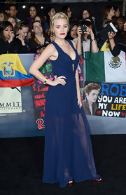 Amanda showed some leg in this long gown with a sheer skirt at the 'Breaking Dawn' LA premiere.