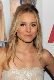 Kristen Bell paired her soft metallic lids with glossy nude lips. A nice touch for her bronzed completion.
