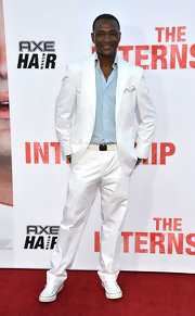 Tommy Davidson stuck to a crisp white suit and a light blue button down to keep his red carpet look light and summery.