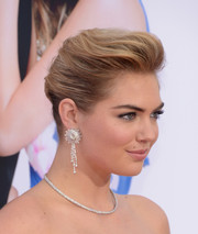 Kate Upton amped up the wow factor with a pair of diamond chandelier earrings.