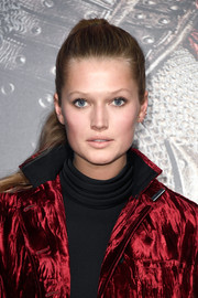Toni Garrn looked youthful wearing a ponytail and minimal makeup during the premiere of 'The Great Wall.'