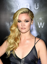 Julia Stiles went for a smoldering beauty look with plenty of dark eyeshadow.