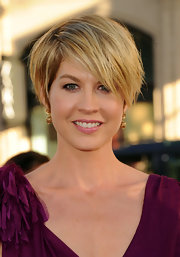 Jenna Elfman wore a pair of delicate dangling gold earrings at the premiere of 'Larry Crowne.'