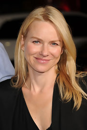 Naomi Watts showcased her natural beauty with a straight cut that was parted down the center.