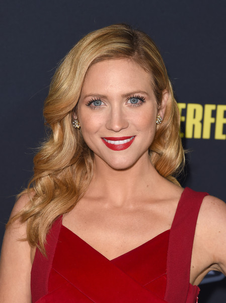 Brittany Snow got all glammed up with vintage-style waves for the premiere of 'Pitch Perfect 2.'