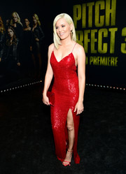 Elizabeth Banks finished off her all-red look with a velvet envelope clutch by Tyler Ellis.