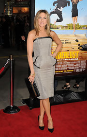 Jen topped off her fitted cocktail dress with classic black stilettos.