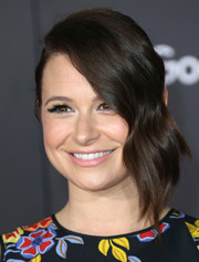 Katie Lowes looked chic wearing this bun with side-swept wavy bangs at the premiere of 'Zootopia.'