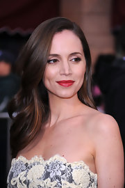Eliza Dushku styled her hair in soft cascading curls. An elegant match to her radiant red lipstick!