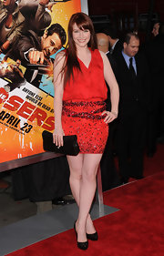 Bryce stood out on the red carpet in a vibrant mini dress and a long red hairstyle with side-swept swing bangs.