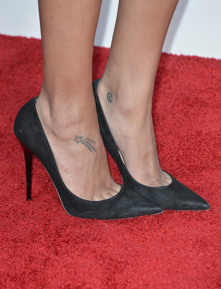 Naya kept her shoes simple and chic with a pair of classic black pumps.
