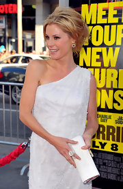 Julie accented her white one-shoulder dress at the 'Horrible Bosses' premiere with snowy accessories including this sterling silver, extra large Scultura ring in mother of pearl with diamonds.