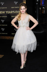 Abigail Breslin looked sweet in a white frothy Marchesa dress at the 'New Year's Eve' premiere.
